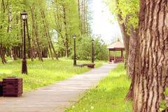 Chemin en parc, qui mène au belvédère Beau parc avec des arbres, des lanternes et le belvédère photographie stock libre de droits
