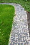 Chemin en pierre dans un jardin Image stock
