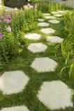 Chemin en pierre hexagonal dans le jardin Photos stock