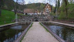 Chemin entre deux étangs vers la maison photographie stock libre de droits