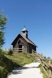 Chemin et église de montagne Photographie stock