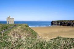 Chemin et bancs à la plage de Ballybunion Images stock