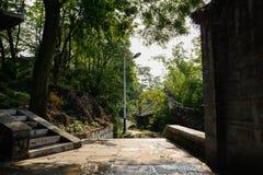 Chemin et escalier en pierre de Hillside avant les bâtiments tuile-couverts dedans photographie stock libre de droits