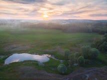 Chemin forestier et village au crépuscule Images libres de droits