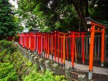 Chemin impressionnant couvert par les portes rouges au tombeau de Nezu Jinja à Tokyo Image stock