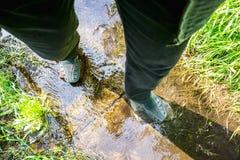 Chemin inondé pendant l'été Le concept des obstacles quotidiens Images stock