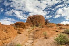 Chemin jusqu'au dessus d'une formation de roche images stock