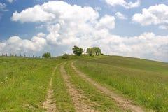 Chemin jusqu'au dessus de la colline, jour d'été en Slovaquie Photo stock