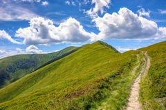 Chemin jusqu'au dessus de montagne photo libre de droits