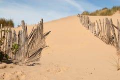 Chemin large à travers la vieille barrière de plage Image libre de droits