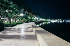 Chemin le long de la voie d'eau Intracoastal la nuit dans West Palm Beach Photos stock