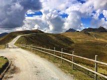 Chemin le long des montagnes Image libre de droits