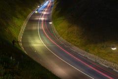 Chemin lumineux léger des voitures Paysage de nuit sur la longue exposition Lumières rouges et bleues photos stock