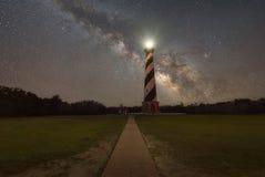 Chemin menant à la lumière du Cap Hatteras et à la galaxie de manière laiteuse Photographie stock libre de droits