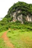 Chemin menant à la montagne de karst photos stock