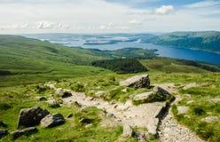 Chemin menant au dessus de Ben Lomond dans un jour ensoleillé Loch Lomo Images libres de droits
