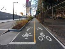 Chemin partagé, chemin de vélo, chemin de marche, croisement bi-directionnel Image stock