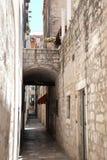 Chemin pavé par étroit, Dubrovnik, Croatie Images stock
