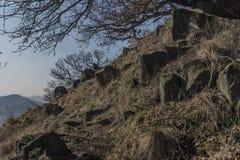 Chemin près de colline de Lovos en Bohême du nord Photos stock