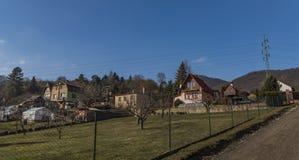 Chemin près de colline de Lovos en Bohême du nord avec des maisons Photos libres de droits