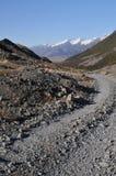 Chemin rocheux de route vers la montagne de chute de neige Photo libre de droits