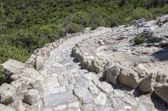 Chemin rocheux en baisse sur l'île de Rhodes, Grèce, escaliers convenables au soleil photographie stock