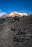 Chemin rocheux nous menant au dessus du volcan de Tolbachik images libres de droits
