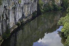 Chemin sous de hautes falaises le long du sort de rivière photographie stock
