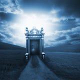 Chemin spirituel derrière la porte image libre de droits