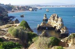 Chemin sur des formations de roche de grès autour de Lagos, Portugal photo libre de droits