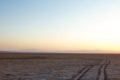 Chemin sur le lac de sel de Namak au coucher du soleil, dans le désert de Maranjab, près de Kashan, l'Iran Photo stock