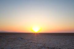 Chemin sur le lac de sel de Namak au coucher du soleil, dans le désert de Maranjab, près de Kashan, l'Iran Images libres de droits