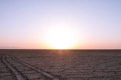 Chemin sur le lac de sel de Namak au coucher du soleil, dans le désert de Maranjab, près de Kashan, l'Iran Image libre de droits
