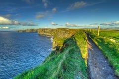Chemin sur les falaises irlandaises de Moher Photographie stock libre de droits