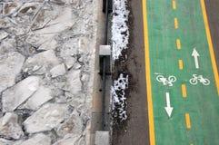 Chemin vert de bicyclette à la rive de l'hiver Photos libres de droits