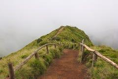 Chemin vide à un point de vue au-dessus de lagune de Sete Cidades sur les Açores sur le temps nuageux Images libres de droits