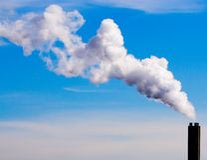 Cheminée d'évacuation des fumées et ciel bleu Image stock