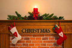 Cheminée de Noël avec les bas et la bougie Image libre de droits