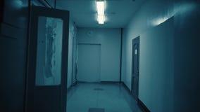 Cheminement à l'intérieur d'un long couloir sombre sombre clips vidéos
