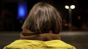 Cheminement de la longueur de la fille attirante de marche Elle tourne autour, sourire, gêné clips vidéos