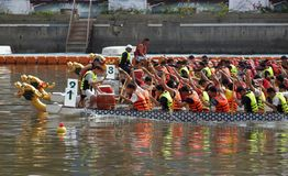 Chemins de bateau de dragon sur le fleuve d'amour Photographie stock libre de droits