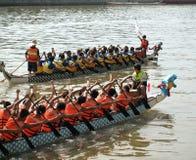 Chemins de bateau de dragon sur le fleuve d'amour Photographie stock