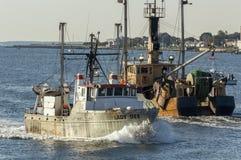Chemins de croisement de Madame Dee et de Morue de bateaux de pêche professionnelle en Ne image libre de droits
