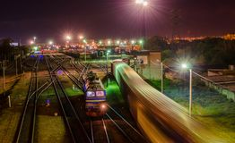 Chemins de fer et trains la nuit photo stock
