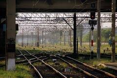 Chemins de fer sous la plate-forme Photos libres de droits
