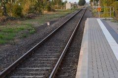 Chemins de fer vides sur le fond de ciel de coucher du soleil image libre de droits