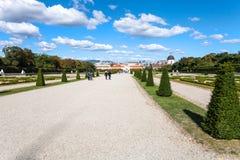 Chemins pour abaisser le palais dans le jardin de belvédère, Vienne Photos libres de droits