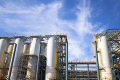 Chemisch Bedrijf tegen de blauwe hemel Stock Afbeeldingen