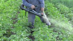 Chemisch bestrijdingsmiddel moderne nevel van Solanum tuberosum-aardappel tegen Leptinotarsa-de kever van Colorado van de decemli stock videobeelden
