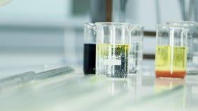 Chemisch experiment met pipet en test-buizen stock videobeelden